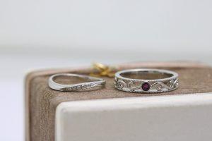 遺骨リング・7月の誕生石ルビーを入れました・優しいウエーブの指輪と唐草模様を透かしたプラチナリング