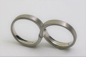 2本の指輪を合わせるとインフィニティの形になる遺骨リング