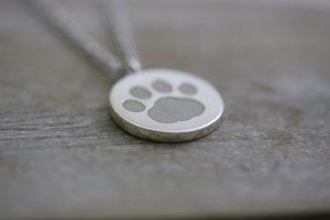 遺骨ペンダント・愛犬の肉球が刻印された遺骨ペンダント